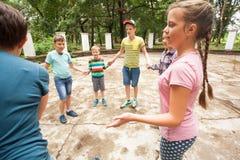 Kinderen die het spel in de zomerkamp spelen Royalty-vrije Stock Afbeelding
