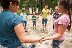 Kinderen die het spel in de zomerkamp spelen Royalty-vrije Stock Foto