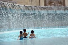 Kinderen die in het water spelen Royalty-vrije Stock Afbeelding