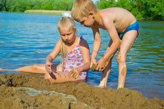 Kinderen die in het zand spelen Royalty-vrije Stock Foto