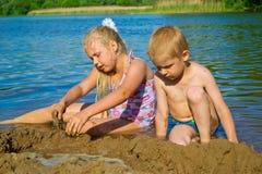 Kinderen die in het zand spelen Royalty-vrije Stock Afbeelding
