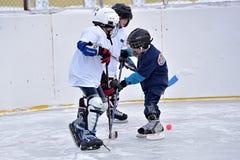 Kinderen die hockey spelen stock foto's