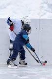 Kinderen die hockey spelen stock afbeelding