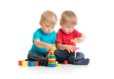 Kinderen die houten speelgoed samen spelen Stock Afbeelding