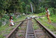 KINDEREN DIE IN INDONESIË SPELEN stock afbeelding