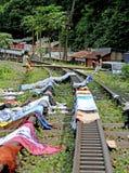 KINDEREN DIE IN INDONESIË SPELEN stock foto