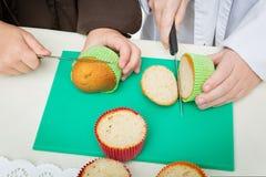 Kinderen die Kerstmis maken cupcakes Royalty-vrije Stock Afbeelding