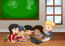 Kinderen die in klaslokaal werken Stock Fotografie