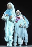 Kinderen die in konijntjeskostuums dansen Stock Afbeeldingen