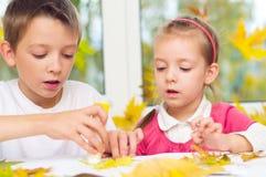 Kinderen die kunsten en ambachten doen stock afbeeldingen