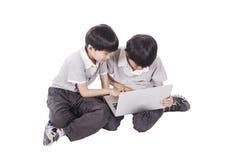 Kinderen die laptop met behulp van royalty-vrije stock foto's