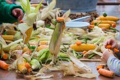 Kinderen die marionetten van korrels en wortelen maken tijdens een landbouwfestival Stock Foto