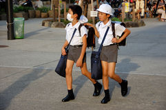 Kinderen die maskers in Japan dragen Stock Foto