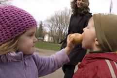Kinderen die met aardappel spelen stock fotografie