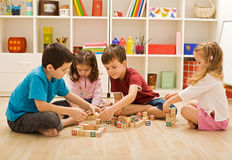Kinderen die met blokken spelen Stock Fotografie