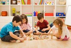 Kinderen die met blokken spelen Stock Foto's