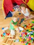 Kinderen die met Blokken spelen Royalty-vrije Stock Afbeelding