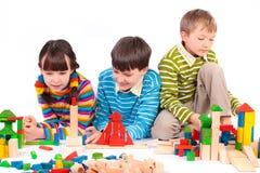Kinderen die met blokken spelen stock foto