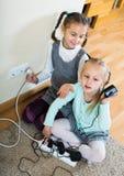 Kinderen die met contactdozen en elektriciteit binnen spelen royalty-vrije stock foto's