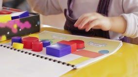 Kinderen die met een aannemer spelen stock video