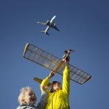 Kinderen die met een modelzweefvliegtuig spelen Stock Foto's