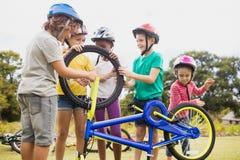 Kinderen die met fiets in het park spelen Stock Fotografie