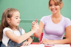 Kinderen die met haar leraar †trekken ‹â€ ‹ stock foto