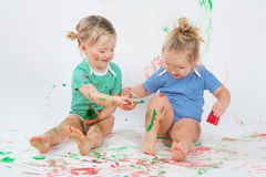 Kinderen die met het schilderen spelen Stock Afbeeldingen