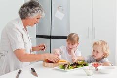 Kinderen die met hun grootmoeder koken Royalty-vrije Stock Foto