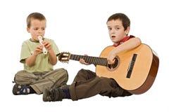 Kinderen die met instrumenten spelen stock fotografie