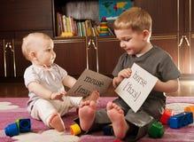 Kinderen die met kaarten spelen royalty-vrije stock afbeeldingen