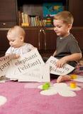 Kinderen die met kaarten spelen Stock Afbeeldingen
