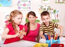 Kinderen die met leraar schilderen. Royalty-vrije Stock Afbeeldingen