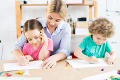 Kinderen die met moeder trekken stock afbeelding