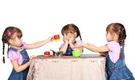 Kinderen die met plastic vaatwerk spelen Stock Fotografie