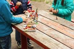 Kinderen die met plasticine spelen Stock Afbeeldingen
