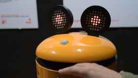 Kinderen die met robots spelen stock footage