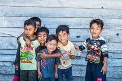 Kinderen die met smartphone spelen Stock Fotografie