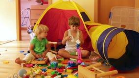 Kinderen die met speelgoed spelen stock videobeelden