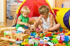 Kinderen die met speelgoed spelen stock fotografie