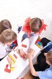 Kinderen die met stuk speelgoed blokken spelen stock afbeeldingen