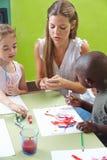 Kinderen die met tempera schilderen Stock Foto's