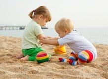 Kinderen die met zand spelen Royalty-vrije Stock Foto