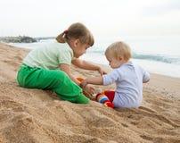 Kinderen die met zand spelen Royalty-vrije Stock Afbeeldingen