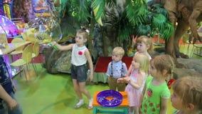 Kinderen die met zeepbels spelen stock footage