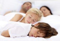 Kinderen die met zijn ouders slapen royalty-vrije stock fotografie