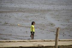 Kinderen die modder op het overzees spelen royalty-vrije stock afbeelding