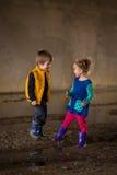 Kinderen die in modder spelen Stock Foto's