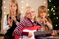 Kinderen die muziek maken voor Kerstmis royalty-vrije stock fotografie