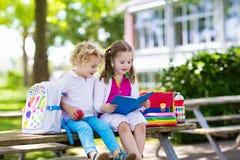 Kinderen die naar school, jaarbegin terugkeren stock fotografie
